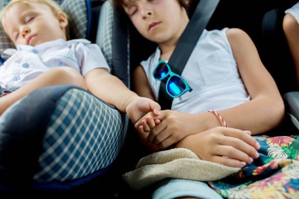 Los niños, durmiendo en los asientos mientras viajan - foto de stock