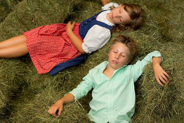 kinder schlafen im heu - traumscheune stock-fotos und bilder