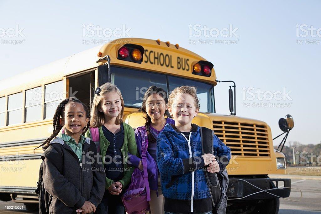 Crianças em pé do lado de fora do ônibus escolar - foto de acervo