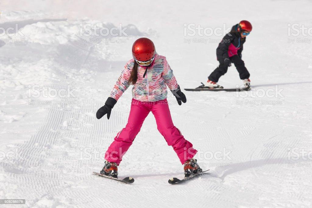 Kinder lernen, wie man ski ab. Wintersport – Foto