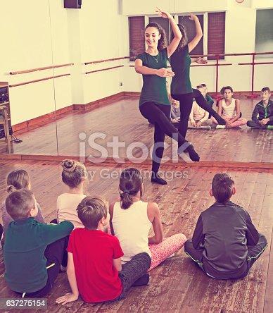 istock Children studying ballet 637275154