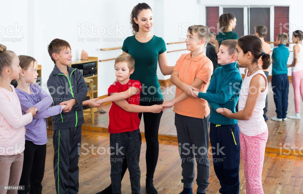 enfants étudient le style folklorique de danse en classe - Photo
