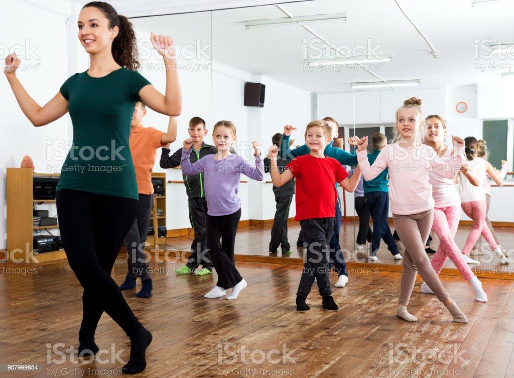 Crianças estudando dança de estilo moderno - foto de acervo