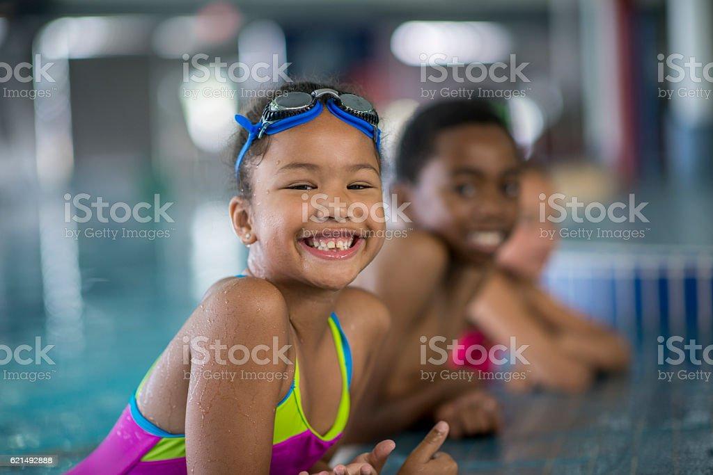 Enfants profitant des cours de natation photo libre de droits