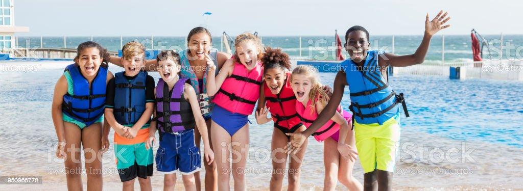 Enfants, enseignant en excursion au parc marin de l'éducation - Photo