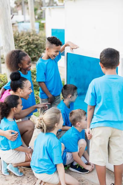 kinder, lehrer auf exkursion, blick ins aquarium - vorschulzoothema stock-fotos und bilder