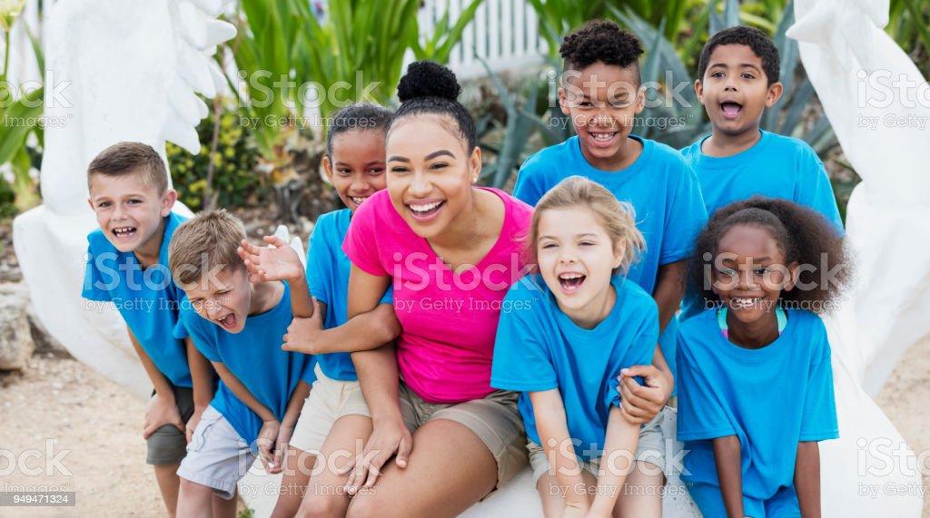 Enfants, enseignant en parc marin excursion, mâchoire de requin - Photo