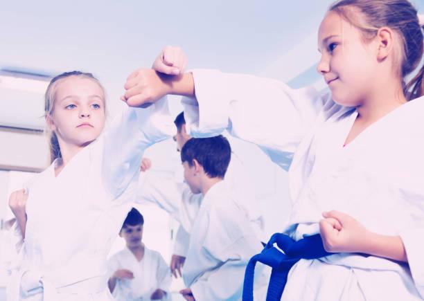 niños de formación en pares - artes marciales fotografías e imágenes de stock
