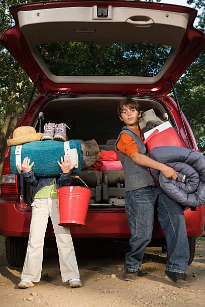 kinder auspacken auto - kombi stock-fotos und bilder