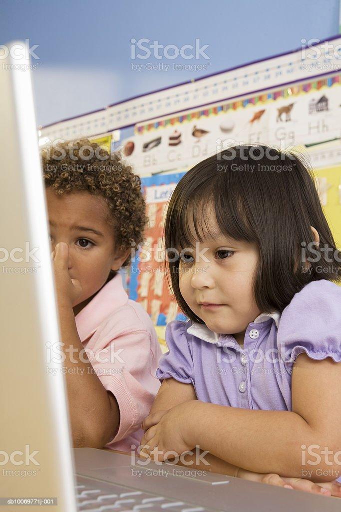 Children (2-5) using laptop Lizenzfreies stock-foto