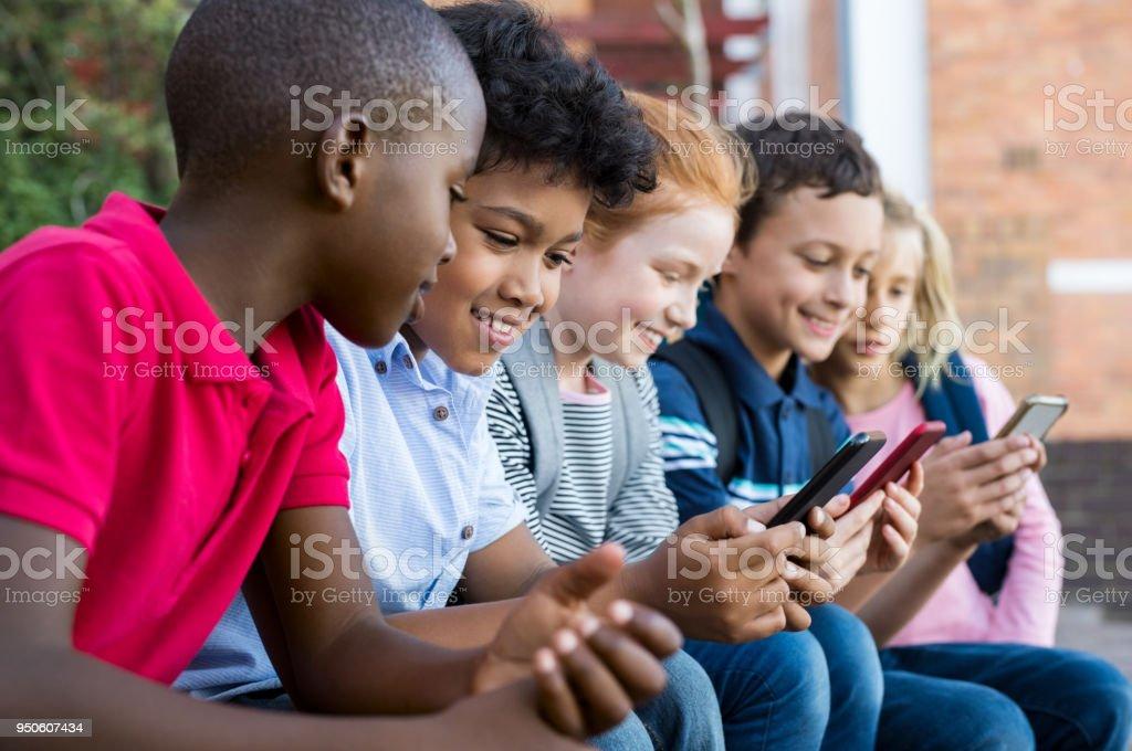 Enfants à l'aide de téléphone intelligent - Photo