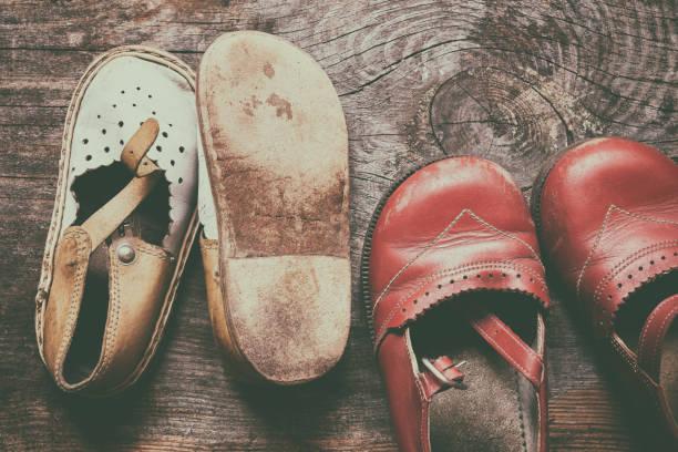 Crianças sapatos vintage em fundo de madeira velha. Memória infantil - foto de acervo