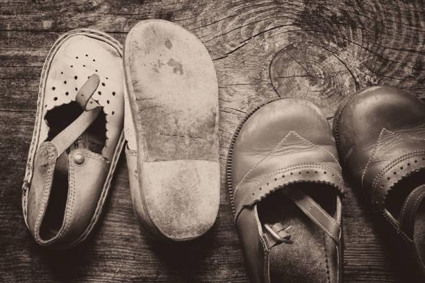 Sapatos vintage para crianças em fundo de madeira velha - foto de acervo