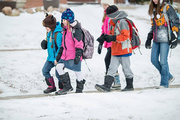 kinder, die zu fuß außerhalb im winter - kinder winterstiefel stock-fotos und bilder