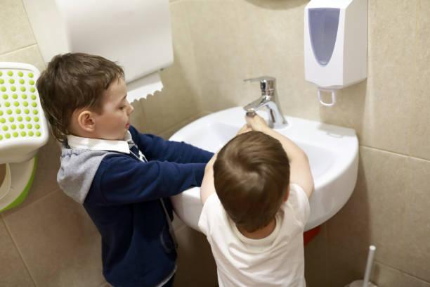 Niños lavándose las manos - foto de stock