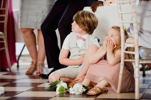 kinder, die gerade bei einer hochzeit - hochzeitsfeier mit kindern stock-fotos und bilder