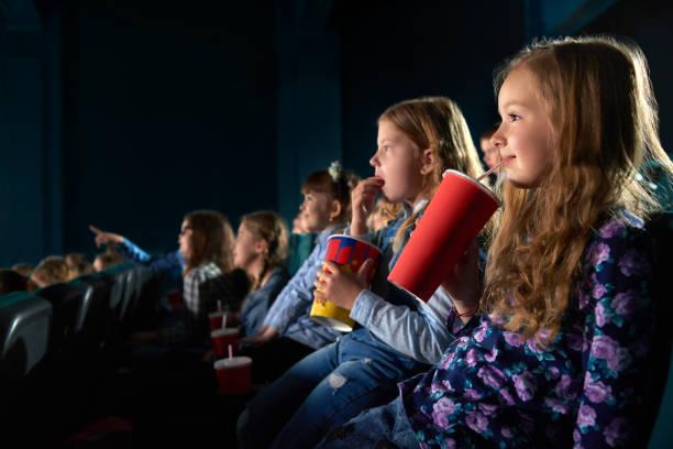 kinder filme im kino - jugendfilm stock-fotos und bilder