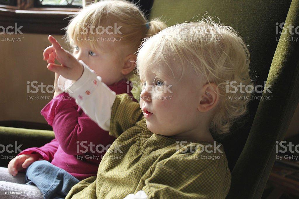 Niños mientras ve la televisión - foto de stock