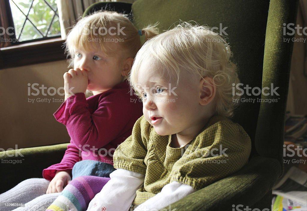 Los niños mientras ve la televisión juntos - foto de stock