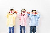 日本の伝統的なマスクを着る子供たち