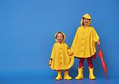 赤い傘と子供