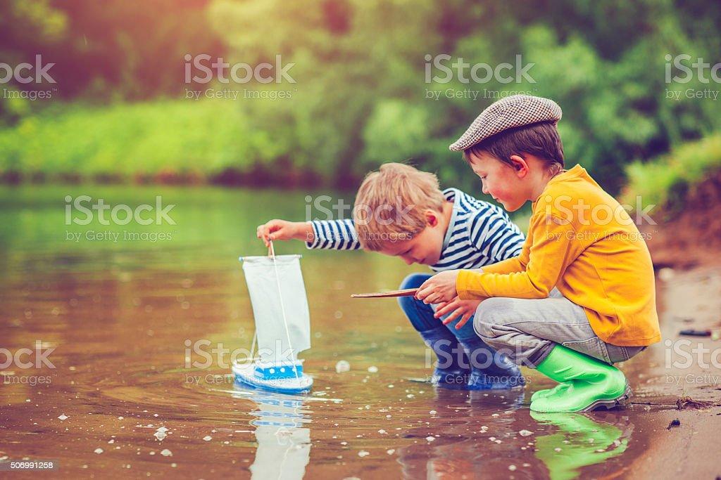 Crianças com brinquedo navio - foto de acervo
