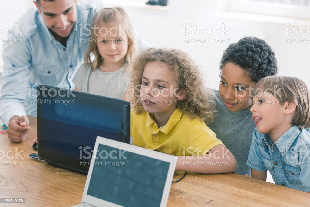 Niños que trabajan juntos en equipo portátil - Foto de stock de Aprender libre de derechos