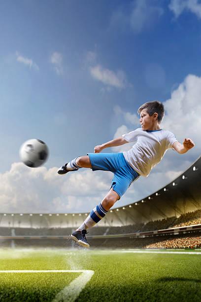Kinder spielen Fußball auf Grand Arena – Foto