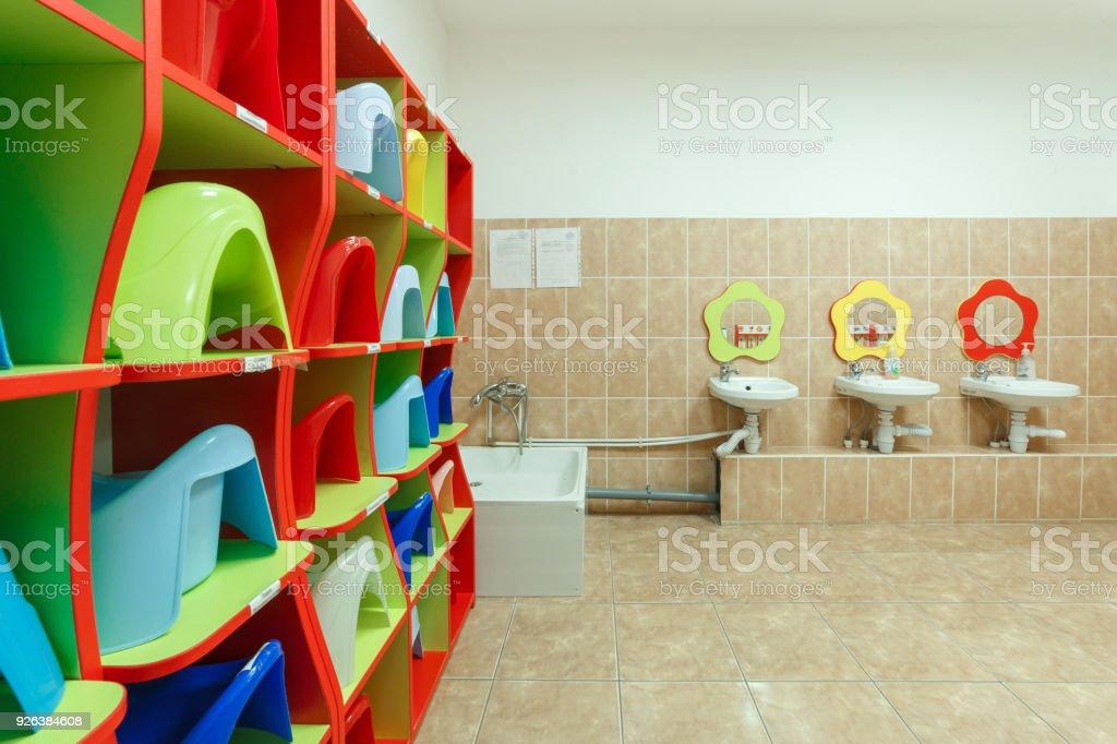 Kinder Badezimmer Und Individuellen Waschbecken Eines Kindergartens ...