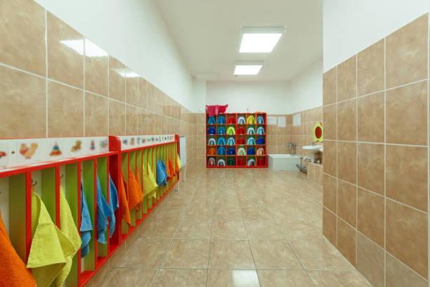kinder badezimmer und individuelle handtücher eines kindergartens - kindergarten handwerk stock-fotos und bilder