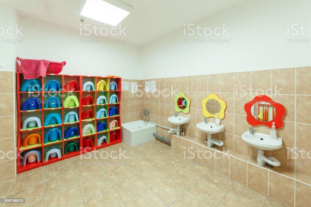 Kinder Badezimmer Und Individuelle Handtücher Eines Kindergartens ...