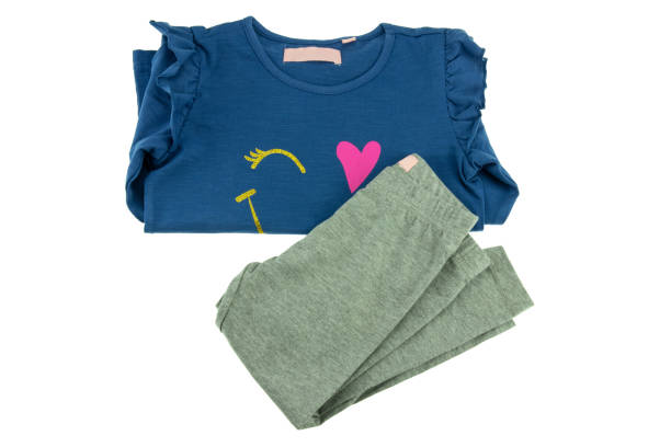 kinder blauen pullover mit langen ärmeln und graue leggings für mädchen gefaltet und isoliert auf weiss. mode für kinder. - bedruckte leggings stock-fotos und bilder