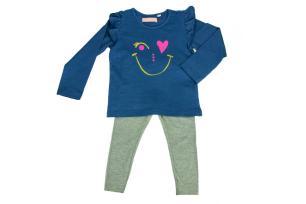 kinder blauen pullover mit langen ärmeln und graue leggings für mädchen, isoliert auf weiss. mode für kinder - bedruckte leggings stock-fotos und bilder
