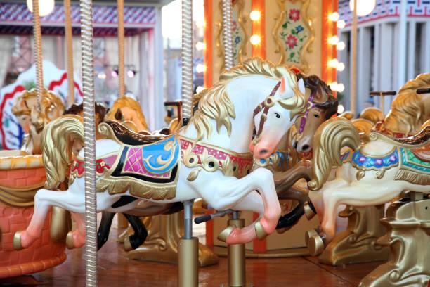 kinder karussell mit pferden auf dem festival - karussell stock-fotos und bilder