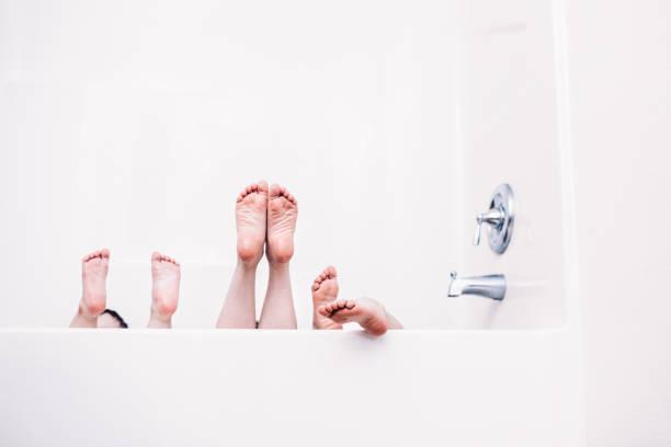 Bâton de pieds de l'enfant hors de baignoire - Photo