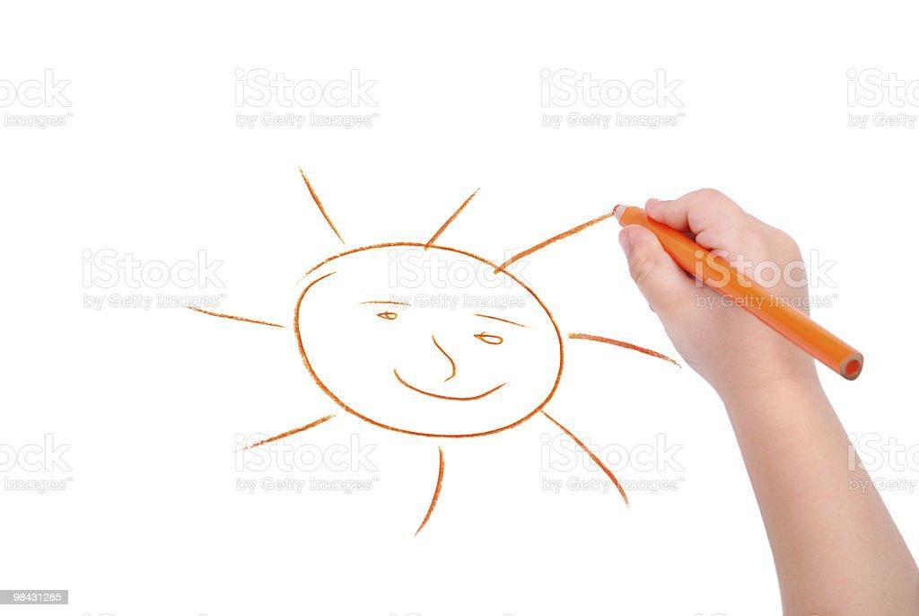Mano dei bambini con la matita disegna il sole foto stock royalty-free