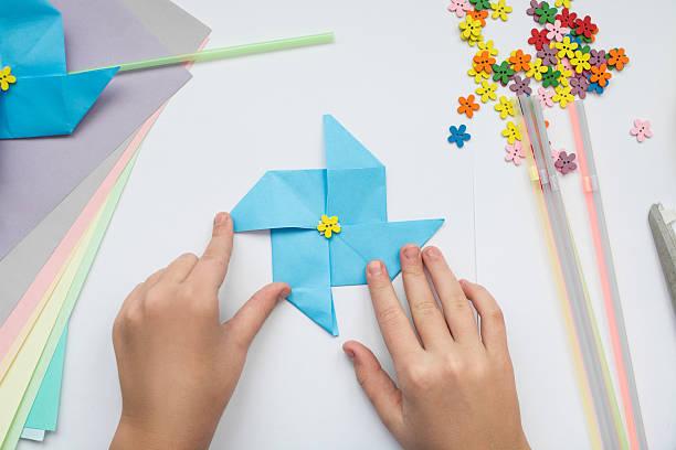 children's hands do origami - origami anleitungen stock-fotos und bilder