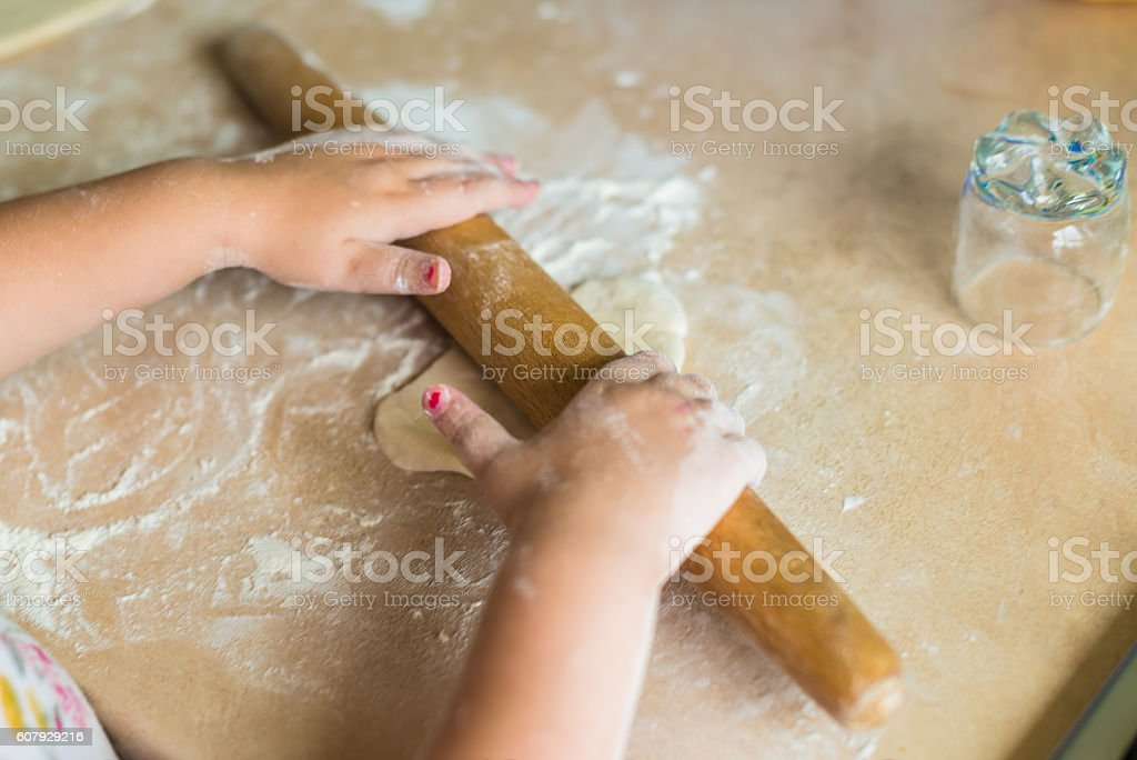 Children's hands holding rolling pin – Foto