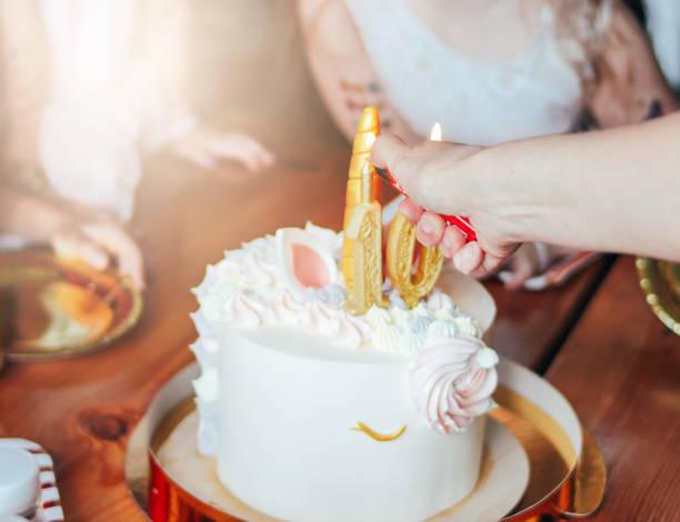 kinderhände kleine mädchen greifen nach dem kuchen. große schöne kuchen einhorn auf den zehn jahre geburtstag der kleinen prinzessin auf festlichem tisch - prinzessinnen torte stock-fotos und bilder