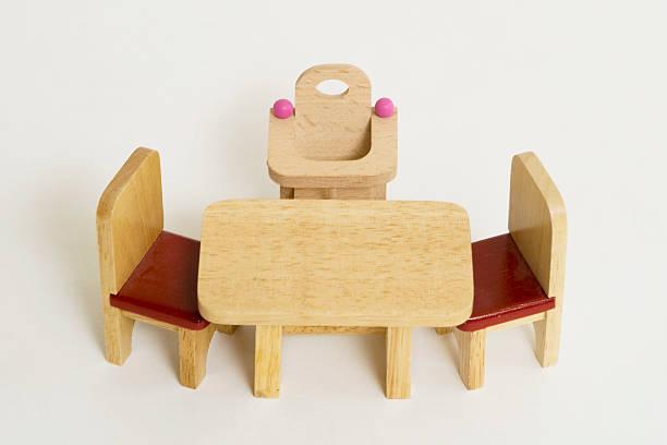 childrens high seat becide küche-tisch mit zwei stühlen. - kinderstuhl und tisch stock-fotos und bilder
