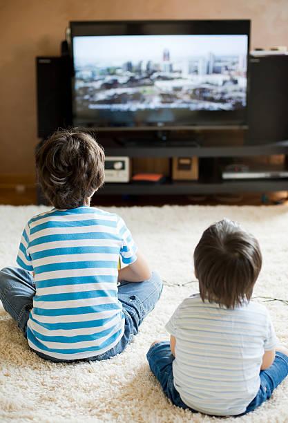 para crianças na frente da tv - tv e familia e ecrã imagens e fotografias de stock