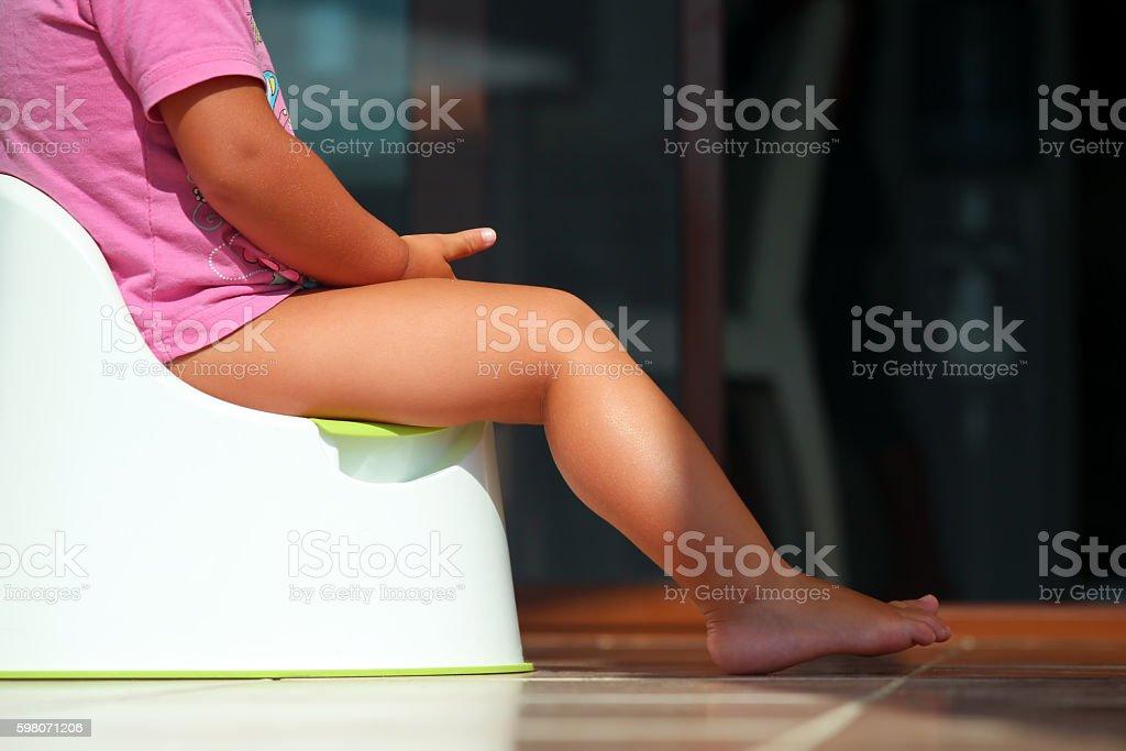 Children's legs colgado hacia abajo desde una cámara-pot  - foto de stock