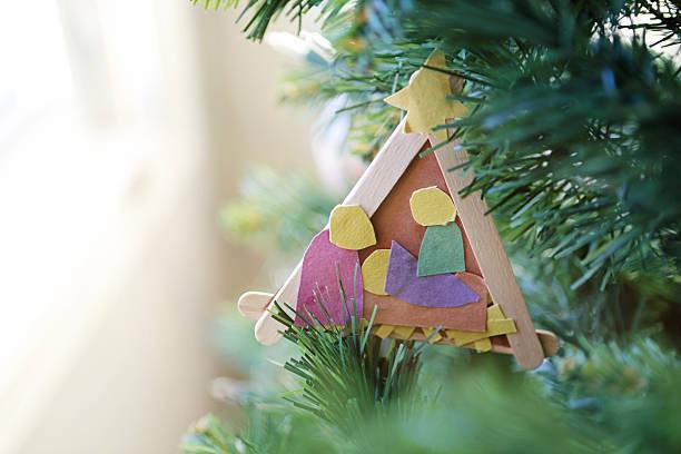kinder nativity ornament - basteln mit kindern weihnachten stock-fotos und bilder