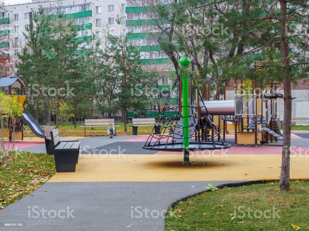 Barns lek stad i parken i höst. - Royaltyfri Abstrakt Bildbanksbilder