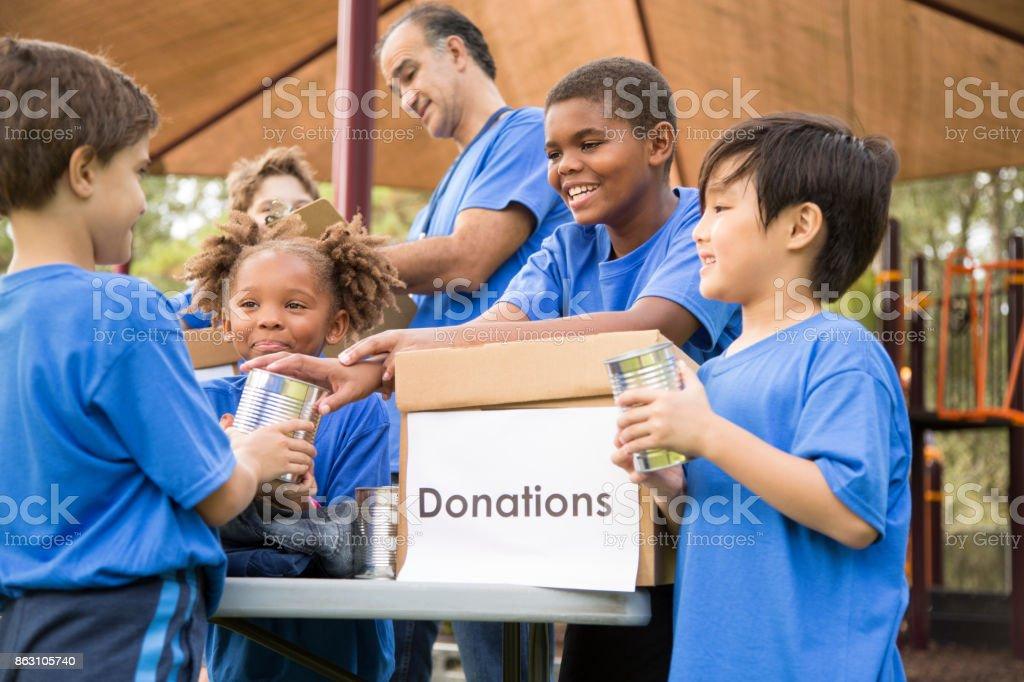Esportivo equipe de caridade infantil para doações, ajuda humanitária local. - foto de acervo