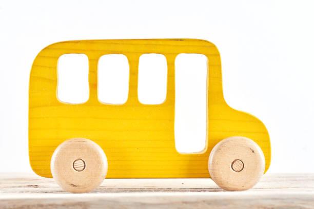 Kinderspielzeug. Hölzerne gelben Bus auf einem weißen Hintergrund isoliert. – Foto