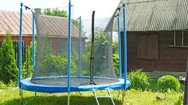 """kinder trampolin zum springen unter freiem himmel """"n - gartentrampolin stock-fotos und bilder"""