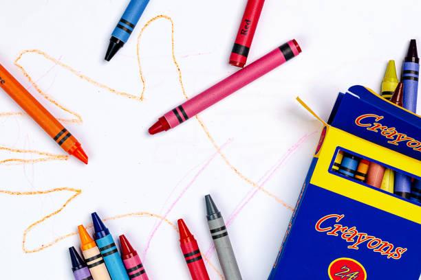 兒童蠟筆劃的手與通用蠟筆和一個通用蠟筆框。 - 蠟筆 個照片及圖片檔