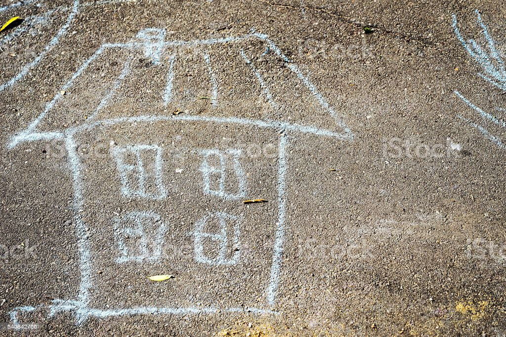 child's drawing with crayons on the pavement: a house – Foto