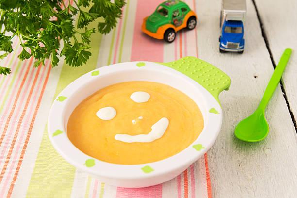 Kinder essen: Cremesuppe von marrow und Kartoffeln – Foto